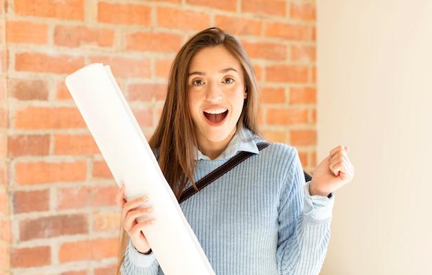 Czuć się zszokowanym, podekscytowanym i szczęśliwym, śmiać się i świętować sukces, mówiąc wow!