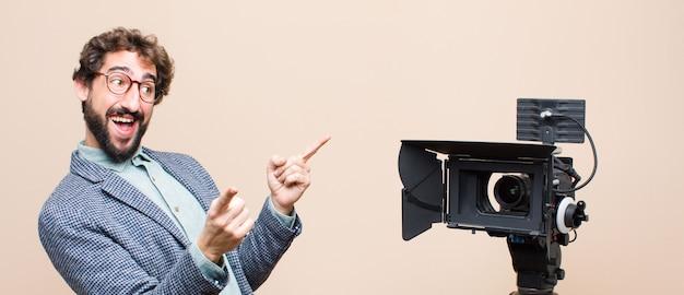 Czując się szczęśliwy i pewny siebie, wskazując aparat obiema rękami i śmiejąc się, wybierając siebie