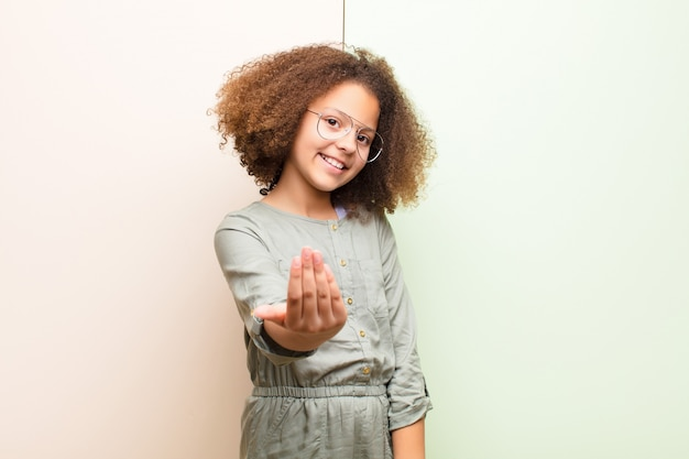 Czując się szczęśliwym, odnoszącym sukcesy i pewnym siebie, stawiając czoła wyzwaniu i mówiąc, przynieś je! lub witając cię