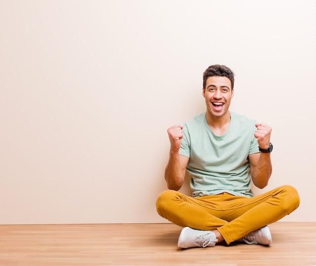 Czując się zszokowanym, podekscytowanym i szczęśliwym, śmiejąc się i świętując sukces, mówiąc: wow!