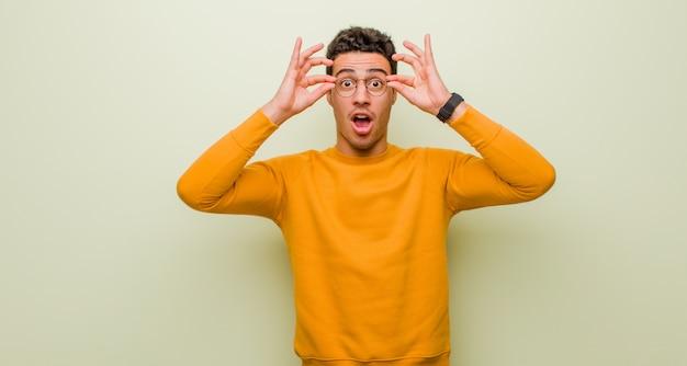 Czując się zszokowanym, zdziwionym i zaskoczonym, trzymając okulary ze zdziwieniem i niedowierzaniem