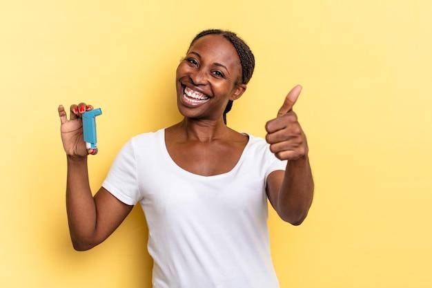 Czuję się dumny, beztroski, pewny siebie i szczęśliwy, uśmiechając się pozytywnie z kciukami do góry. koncepcja astmy