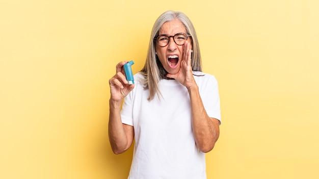 Czuję się szczęśliwy, podekscytowany i pozytywnie nastawiony, wydając wielki okrzyk z rękami przy ustach, wołając. koncepcja astmy