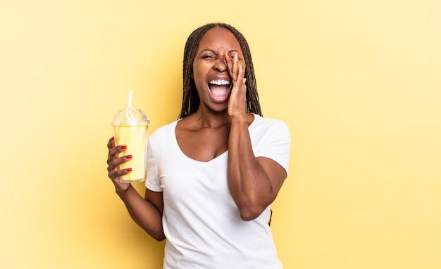 Czuję się szczęśliwy, podekscytowany i pozytywnie nastawiony, wydając wielki okrzyk z rękami przy ustach, wołając. koncepcja koktajlu mlecznego