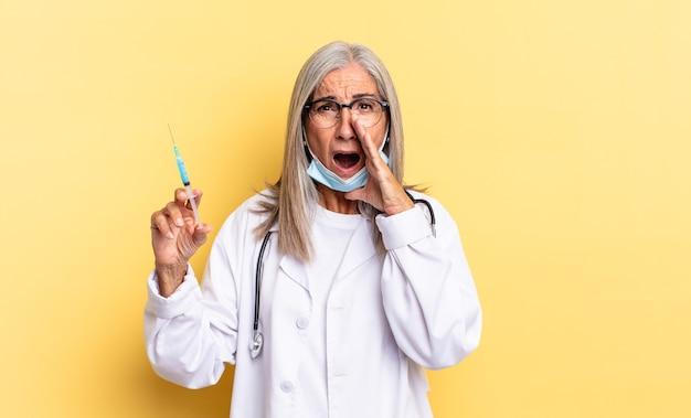 Czuję się szczęśliwy, podekscytowany i pozytywnie nastawiony, wydając wielki okrzyk z rękami przy ustach, wołając. koncepcja lekarza i szczepionki