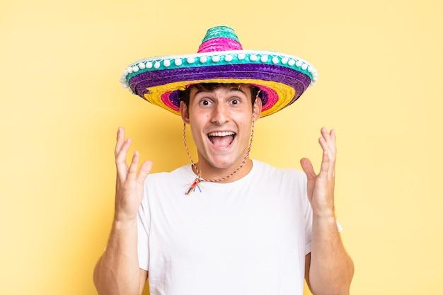 Czuję się szczęśliwy, podekscytowany, zaskoczony lub zszokowany, uśmiechnięty i zdumiony czymś niewiarygodnym. koncepcja meksykańskiego kapelusza