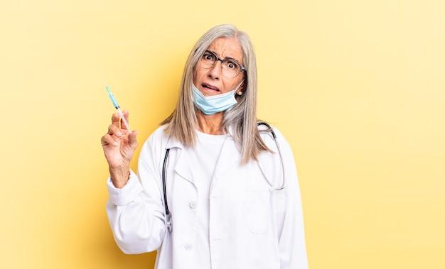 Czuję się zakłopotany i zdezorientowany, z tępym, oszołomionym wyrazem twarzy, patrzącym na coś nieoczekiwanego. koncepcja lekarza i szczepionki