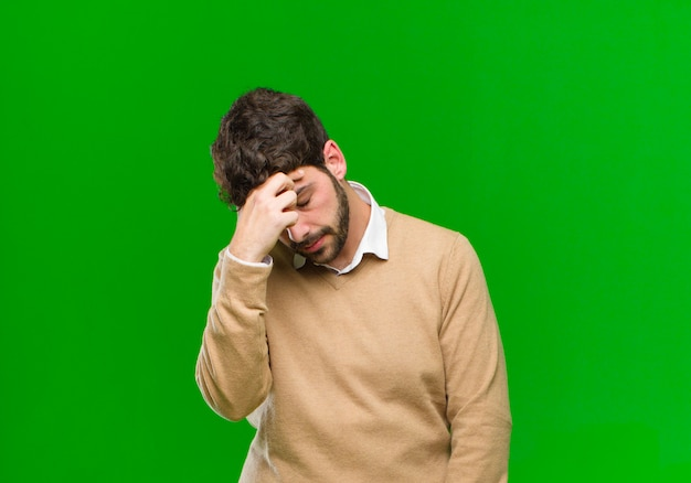 Czuje się zestresowany, nieszczęśliwy i sfrustrowany, dotyka czoła i cierpi na migrenę silnego bólu głowy