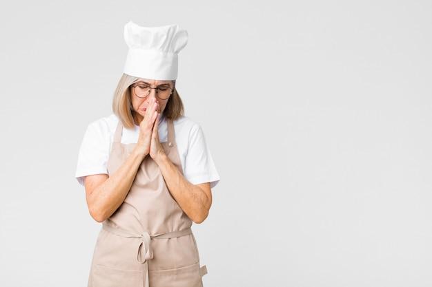 Czuje się zmartwiony, pełen nadziei i religijny, wiernie modli się z przyciśniętymi dłońmi, błaga o przebaczenie
