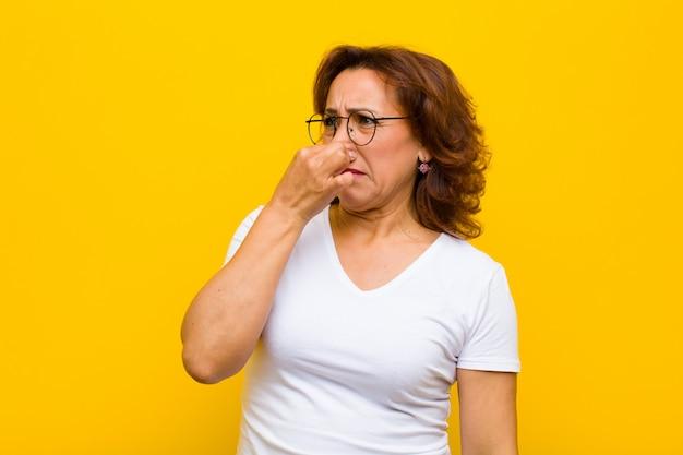 Czuje się zniesmaczony, trzyma nos, aby uniknąć nieprzyjemnego zapachu