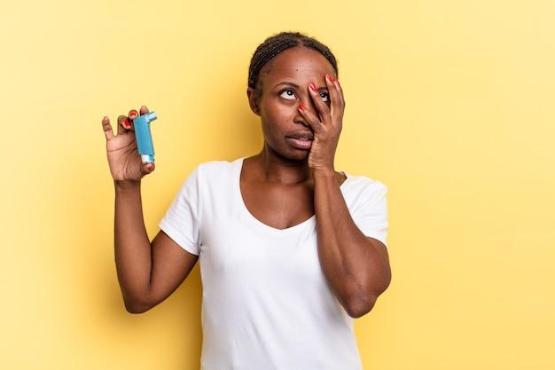 Czuję się znudzony, sfrustrowany i senny po męczącym, nudnym i żmudnym zadaniu, trzymając twarz dłonią. koncepcja astmy