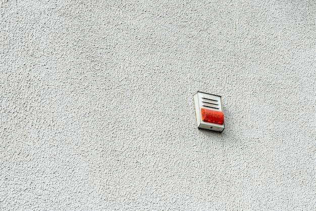 Czujka pożarowa na ścianie na zewnątrz. biały alarm pożarowy.