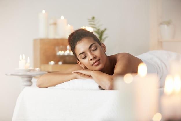 Czuła afrykańska kobieta odpoczywa relaksować w zdroju salonie.