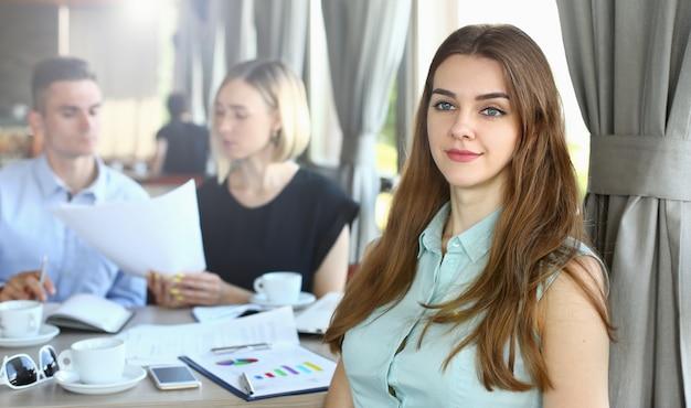 Czuła biznesowa kobieta spotyka kolegów