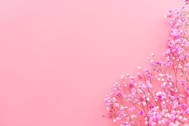 Czułe gałązki świeżych kwiatów
