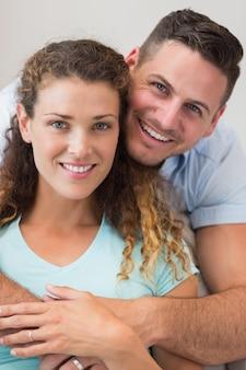 Czule mężczyzna obejmowania kobieta w domu
