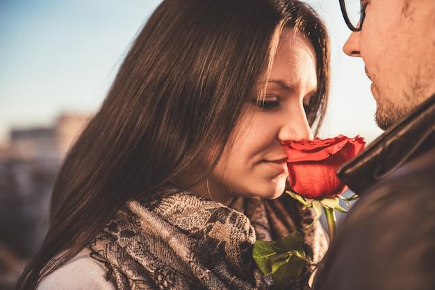 Czule para z czerwoną różą
