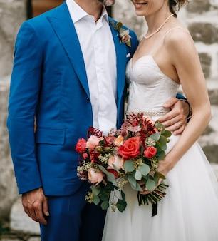 Czułe uściski uroczy para ślub stojący na zewnątrz
