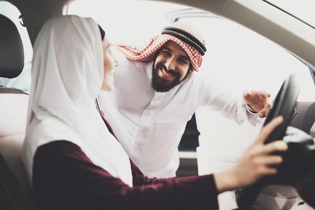 Czuły arabski mąż kupuje drogie samochód