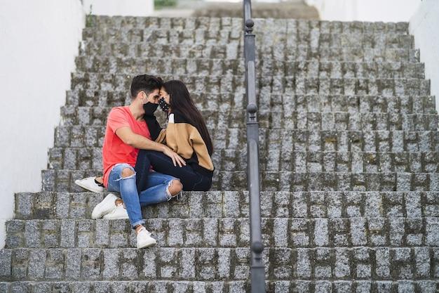 Czuły para siedzi na schodach