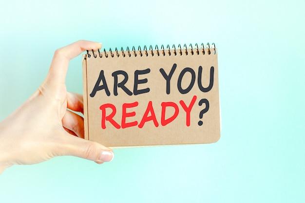 Czy jesteś gotowy napis słowo na kartce papieru w ręku bizneswoman.