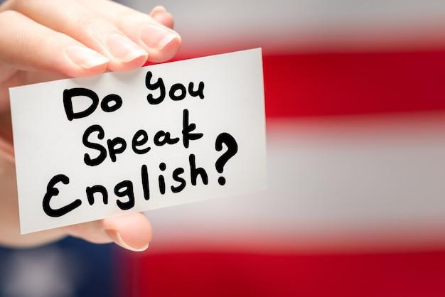 Czy mówisz po angielsku na karcie. tle flagi amerykańskiej.