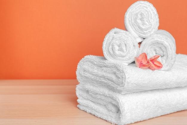 Czyść miękkie ręczniki na kolor