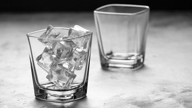 Czyść szklanki lodem. koncepcja koktajli