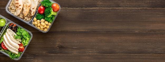 Czyść zdrowe, niskotłuszczowe, gotowe do spożycia jedzenie w pudełkach na posiłki