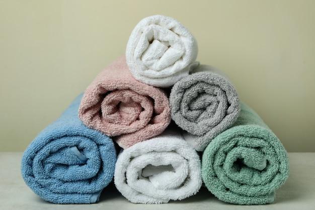 Czyść zwinięte ręczniki w kolorze beżowym, z bliska