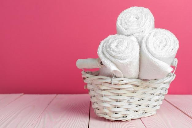 Czyścić miękkie ręczniki na drewnianym stole
