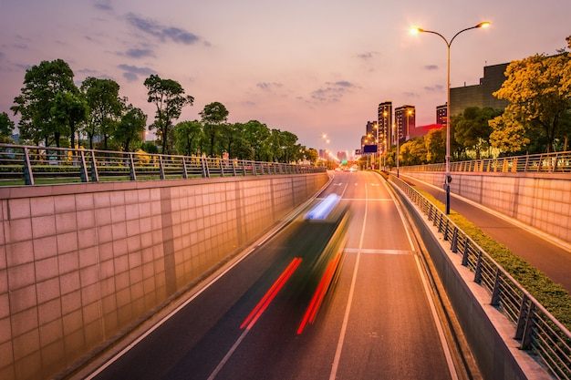 Czysta droga miasta, szybki ruch miejski.