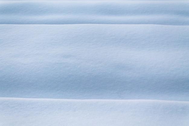 Czysta i gładka zaspa śnieżna. fale na śniegu