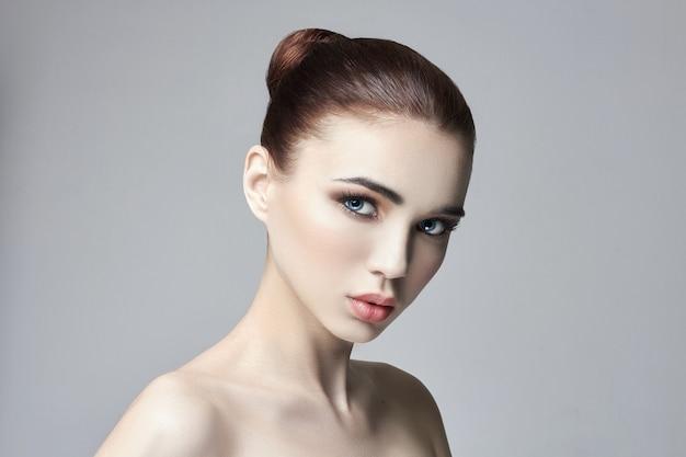Czysta idealna skóra i naturalny makijaż, pielęgnacja skóry, kosmetyki naturalne. długie rzęsy i duże oczy. piękna atrakcyjna naga kobieta. naturalny makijaż na twarzy dziewczyny