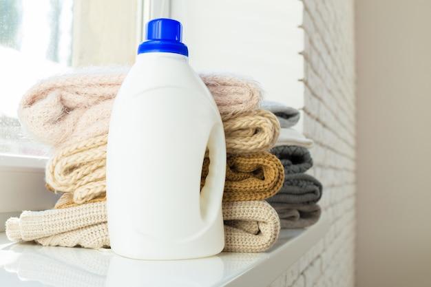 Czysta odzież z płynem do mycia naczyń