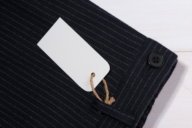 Czysta papierowa etykieta ze sznurkiem na spodniach
