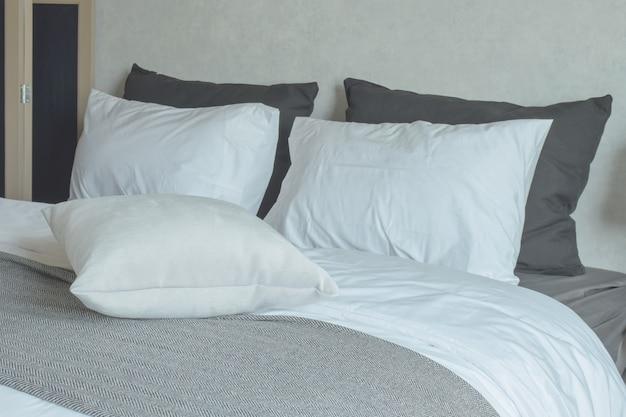 Czysta pościel z łóżkiem king size