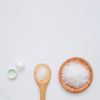 Czysta rockowa sól i moisturizer śmietanka na białym tle