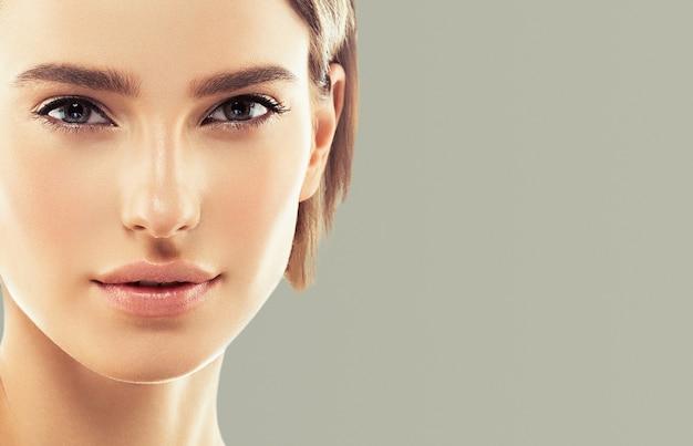 Czystą skórę kobiety naturalny makijaż uroda healthskin. kolor tła. strzał studio.