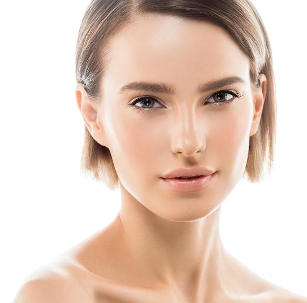 Czystą skórę kobiety naturalny makijaż uroda healthskin na białym tle. strzał studio.