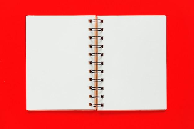 Czysta spiralna książka do notatek i wiadomości. leżał minimalny biznes mieszkanie