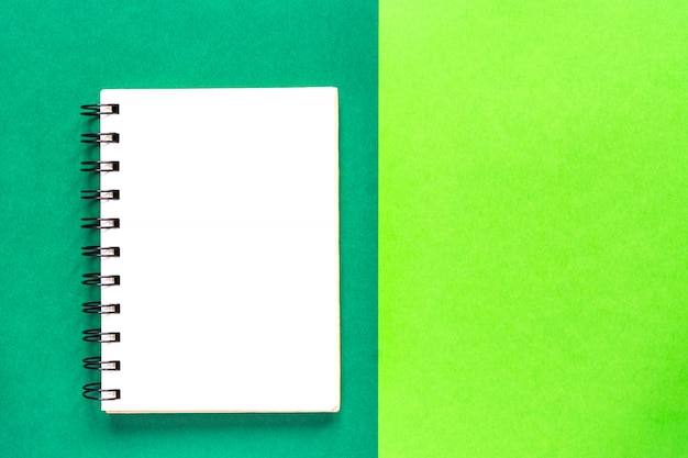 Czysta spiralna książka do notatek. makieta minimalistycznego mieszkania biznesowego