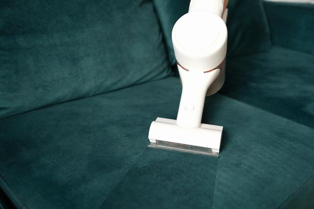 Czysta tapicerka z tkaniny z białym odkurzaczem agd do czyszczenia mebli