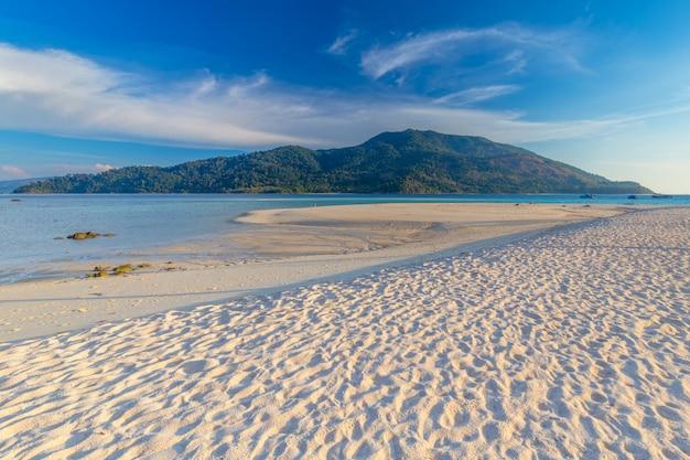 Czysta woda i błękitne niebo na rajskiej wyspie w tropikalnym morzu tajlandii