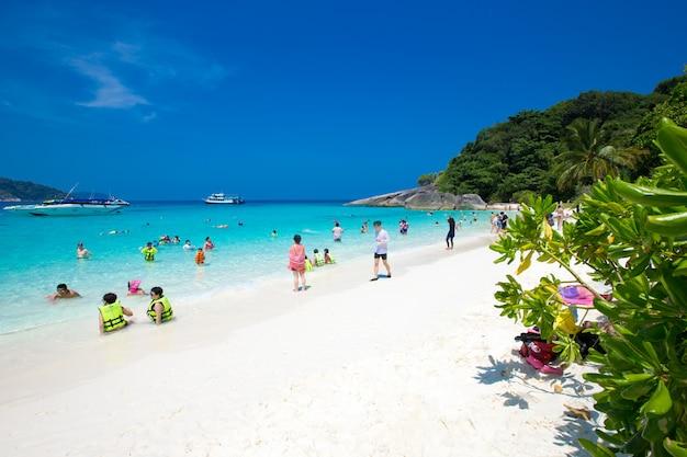 Czysta woda piękne morze jak niebo na wyspie similan, phang-nga tajlandia