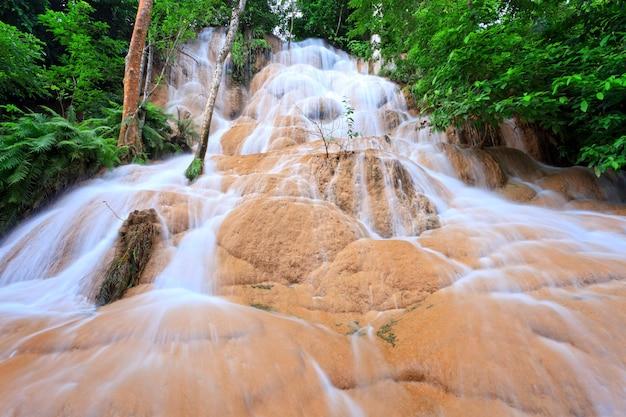 Czysta woda wodospadu na zachodzie tajlandii