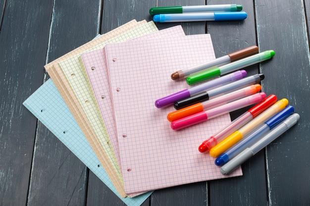 Czyste arkusze na stole za pomocą markerów