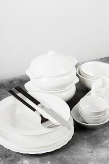 Czyste białe naczynia na szarym tle