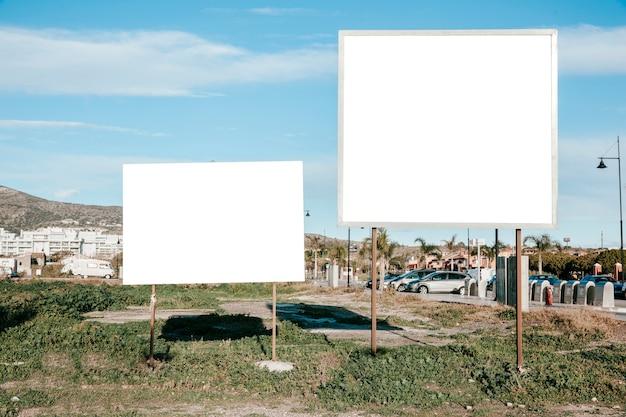 Czyste białe tablice informacyjne na trawniku