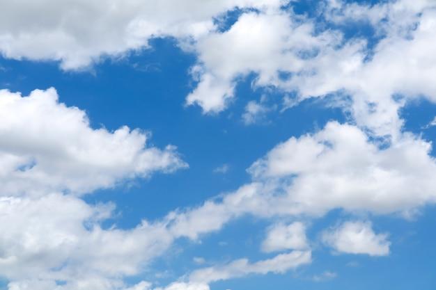 Czyste błękitne niebo, biała chmura i światło słoneczne błyszczące w strefie tropikalnej